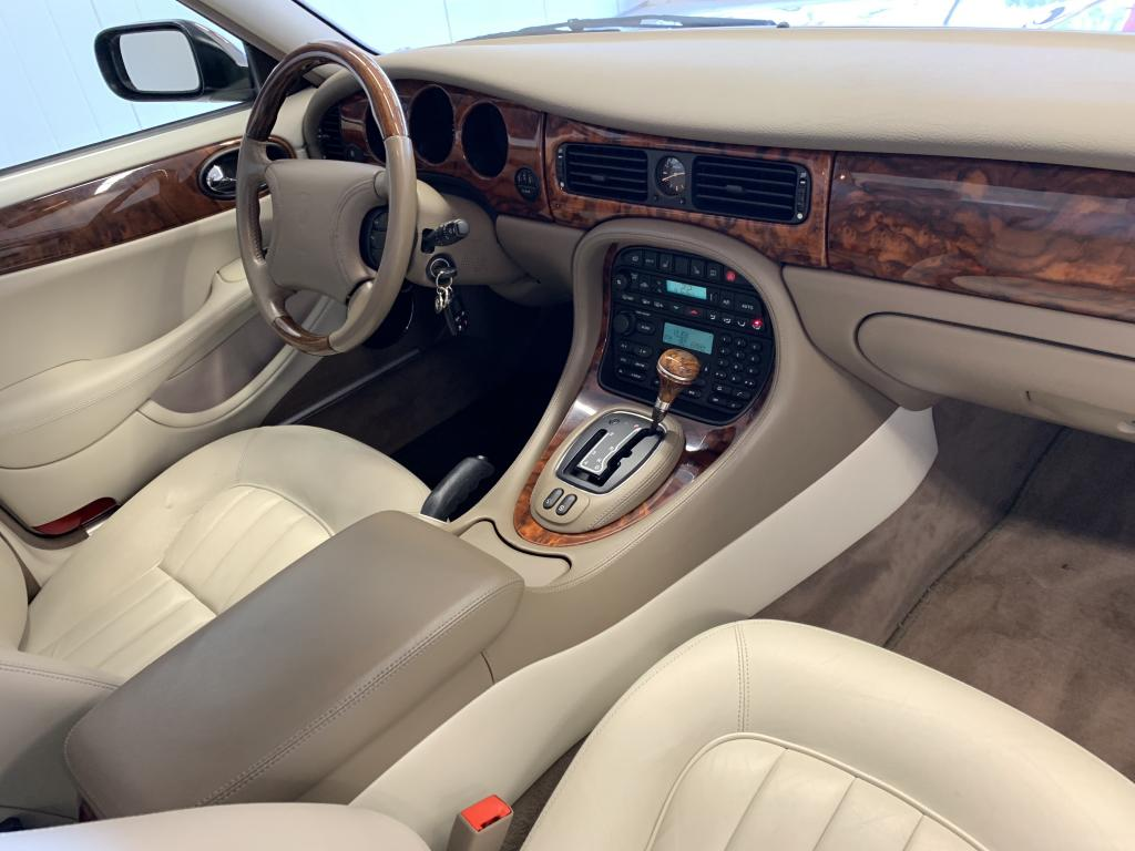 Jaguar XJ, XJ8 EXECUTIVE 1. OMIST SUOMI AUTO YKSILÖ AJ VAIN 92TKM