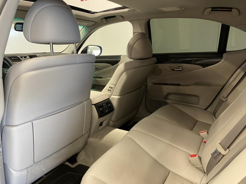 Lexus LS600h, HYBRID 4X4 VÄHÄN AJETTU HUOLTOKIRJA