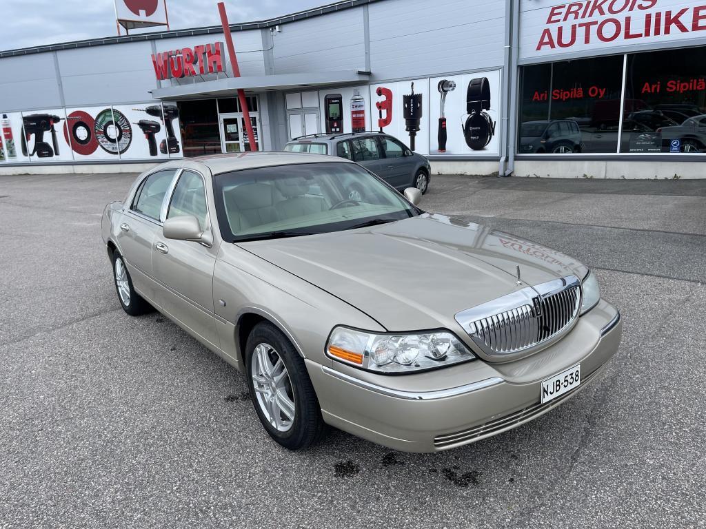Lincoln Town Car, SIGNATURE LIMITED YKSILÖ AJETTU 97TKM ILMAJOUSITUS  NAHKASIS SÄHKÖ PENKIT  ILAMASTOIDUT/LÄMMITETÄVÄT ISTUIMET YM YM