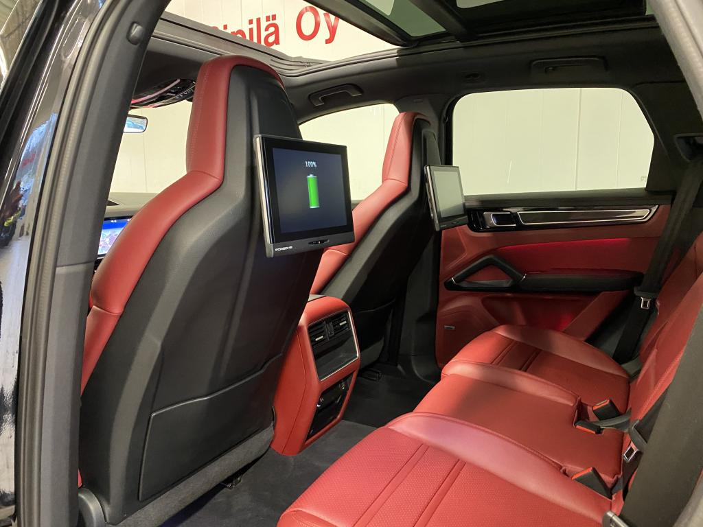 Porsche Cayenne E-Hybrid, NYT HUIPPUVARUSTEILLA CAYENNE