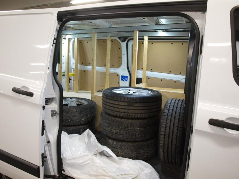 Ford Transit Custom, 2, 2. PIENET KILOMETRIT,  ALV-VÄHENNYKELPOINEN! TAKANA SIVUOVET MOLEMMIN PUOLIN!