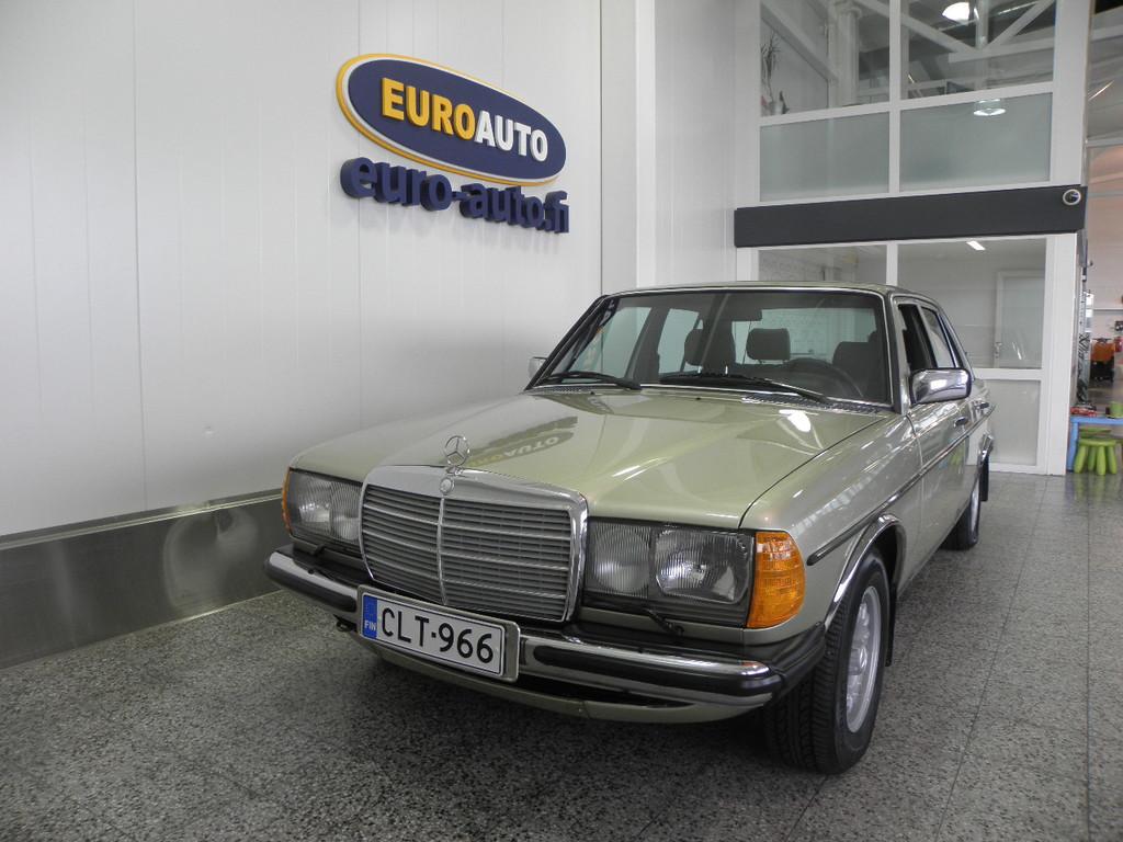 Mercedes-Benz 200 4D Sedan 200-123 / 2800,  123-KORINEN KLASSIKKO MERSU,  HIENO KUNTOINEN,  VIELÄ ON KESÄÄ JÄLJELLÄ