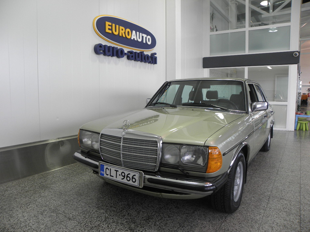 Mercedes-Benz 200 4D Sedan 200-123 / 2800,  123-KORINEN KLASSIKKO MERSU,  HIENO KUNTOINEN,  JUURI KATSASTETTU